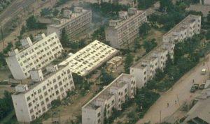 新潟地震で大きく傾いた県営川岸町アパート(Wikipediaより)